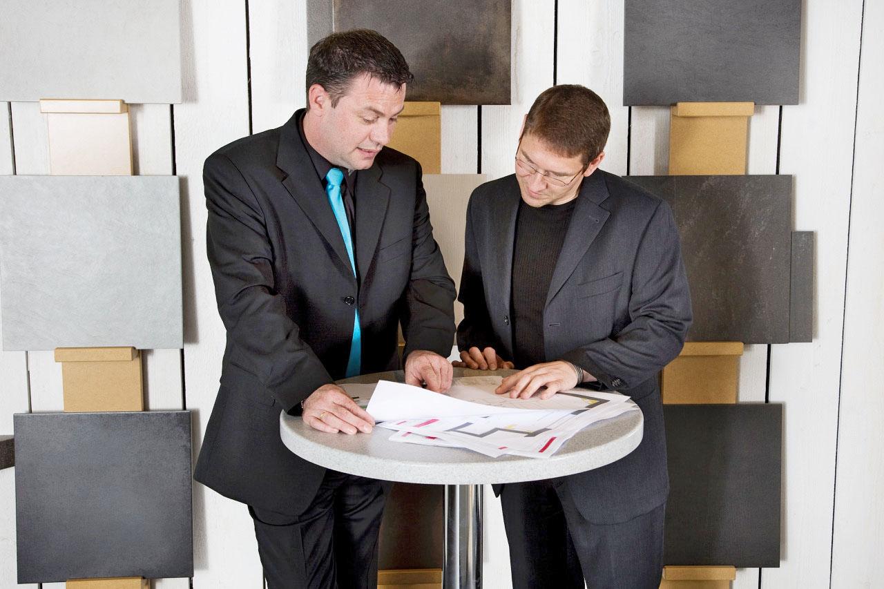 Zwei Männer im Beratungsgespräch: Kleinbad renovieren